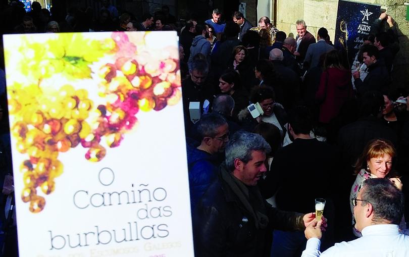 Más de medio millar de personas acudieron a la degustación de vinos espumosos celebrada en el Mercado de Abastos de Santiago